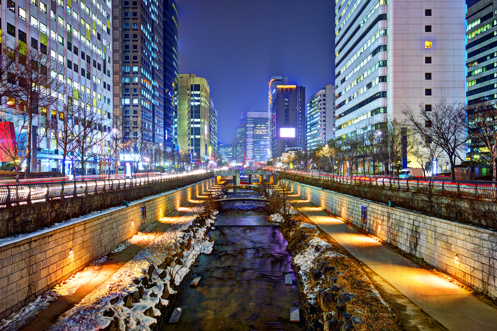 Seoul Cheonggyechon River in winter (Shutterstock)
