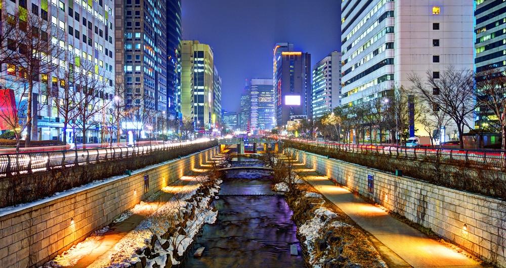 Seoul Cheonggyechon River in winter (Shutterstock)